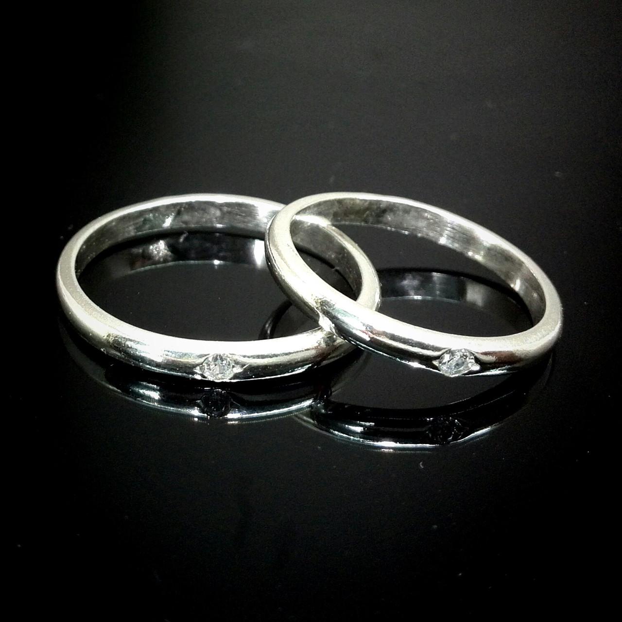 Серебряное обручальное кольцо с камешком