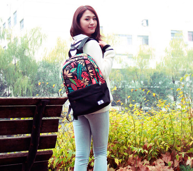 Девушка с рюкзаком Akarmy