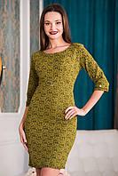 Жаккардовое платье горчичного цвета с рукавом в три четверти