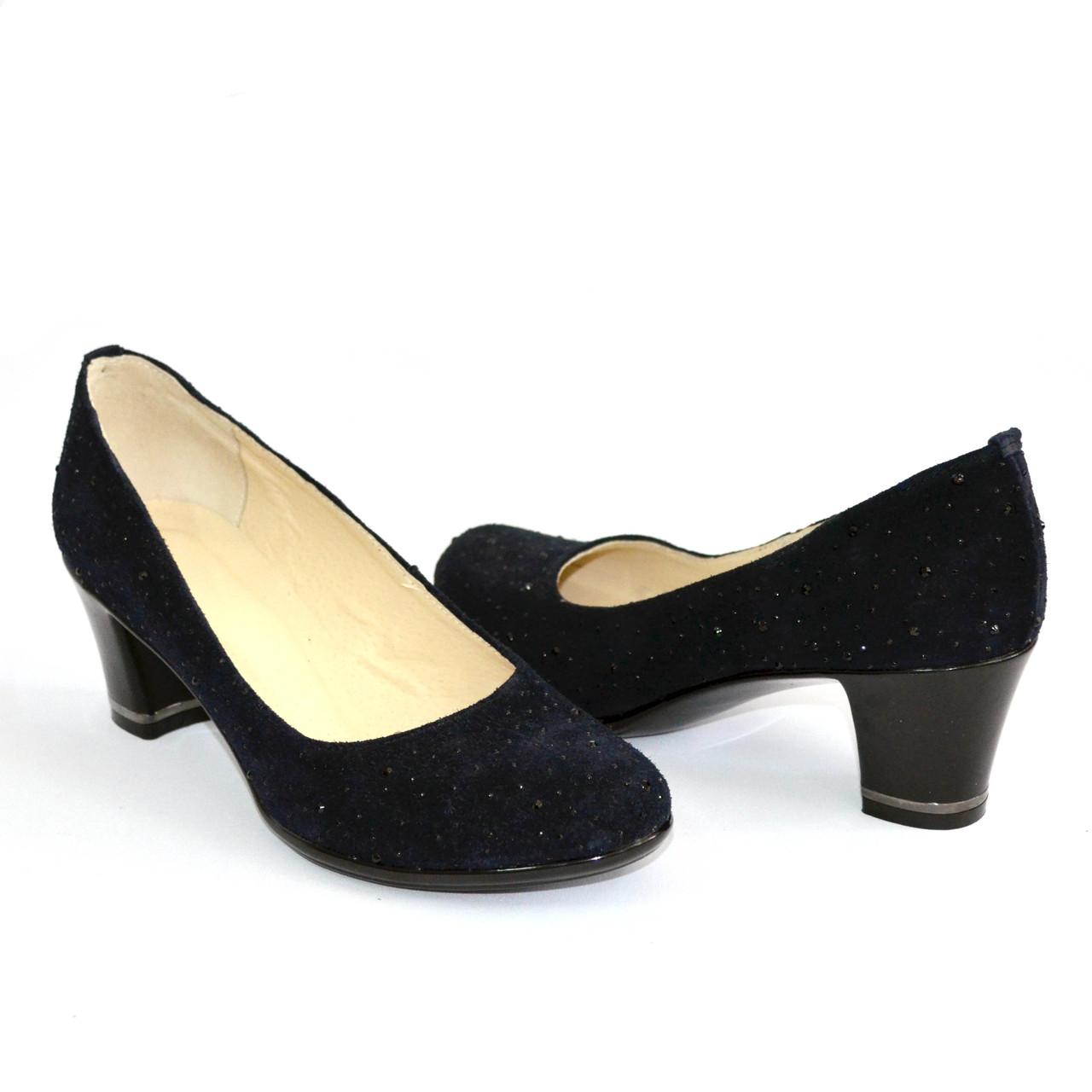 Туфли женские на каблуке, декорированные камнями, натуральный замш синего цвета