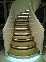 Дугообразная  лестница  с подсветкой ступеней