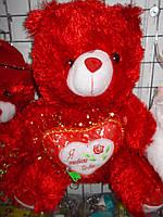 Красный плюшевый мишка с сердцем