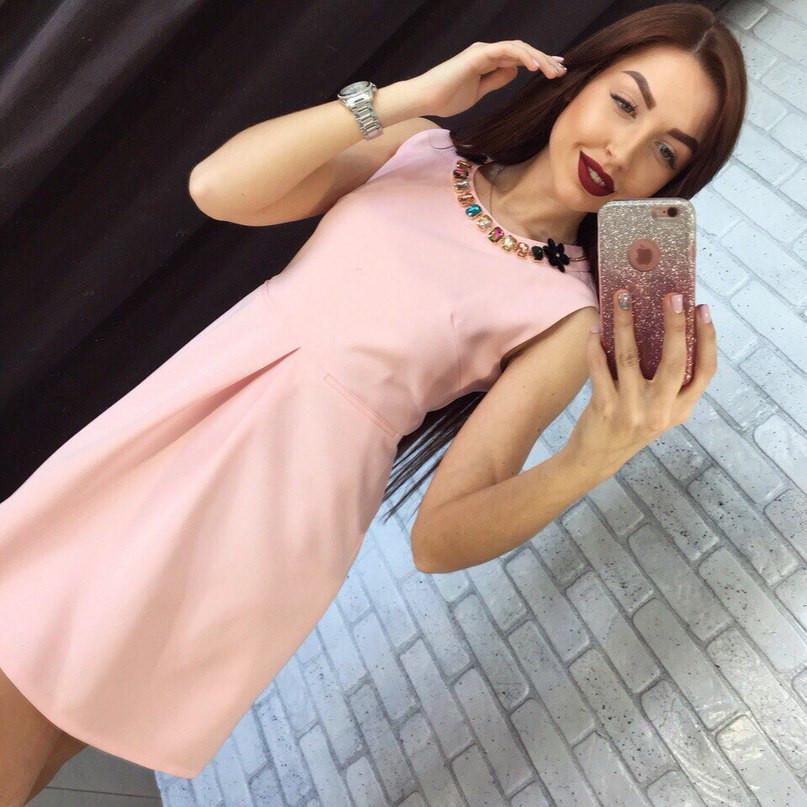 Платье с украшением и встречной складкой