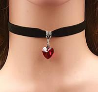 Чокер бархатный с стеклянным красным сердечком.