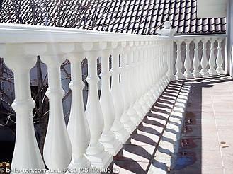 Установленная балюстрада на балконе второго этажа