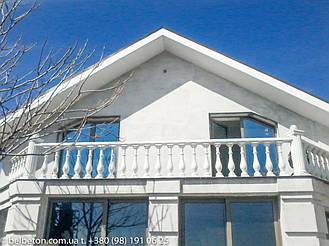 Балкон с установленной бвлюстрадой