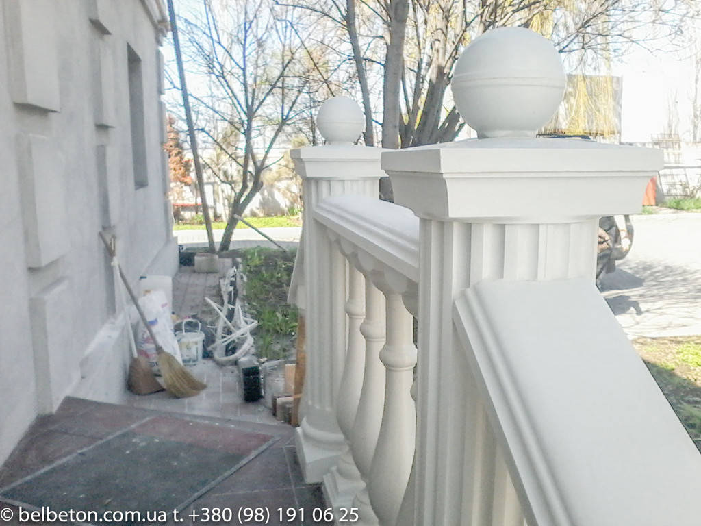 Установленные круглые столбы в балюстраде на крыльце дома