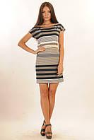 Легкое летнее платье с принтом в полоску серый