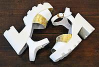 Стильные белые женские кожаные босоножки на тракторной подошве LudJen
