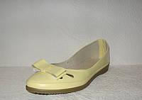 Балетки модные лаковые желтого цвета с бантом