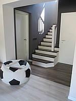 Деревянная лестница на бетонном каркасе