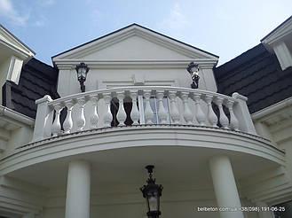 Установленная балюстрада на балконе