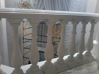 Белая балюстрада с асимметричными балясинами