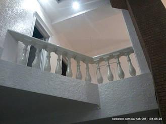 Балюстрада на балконе второго этажа в частном доме