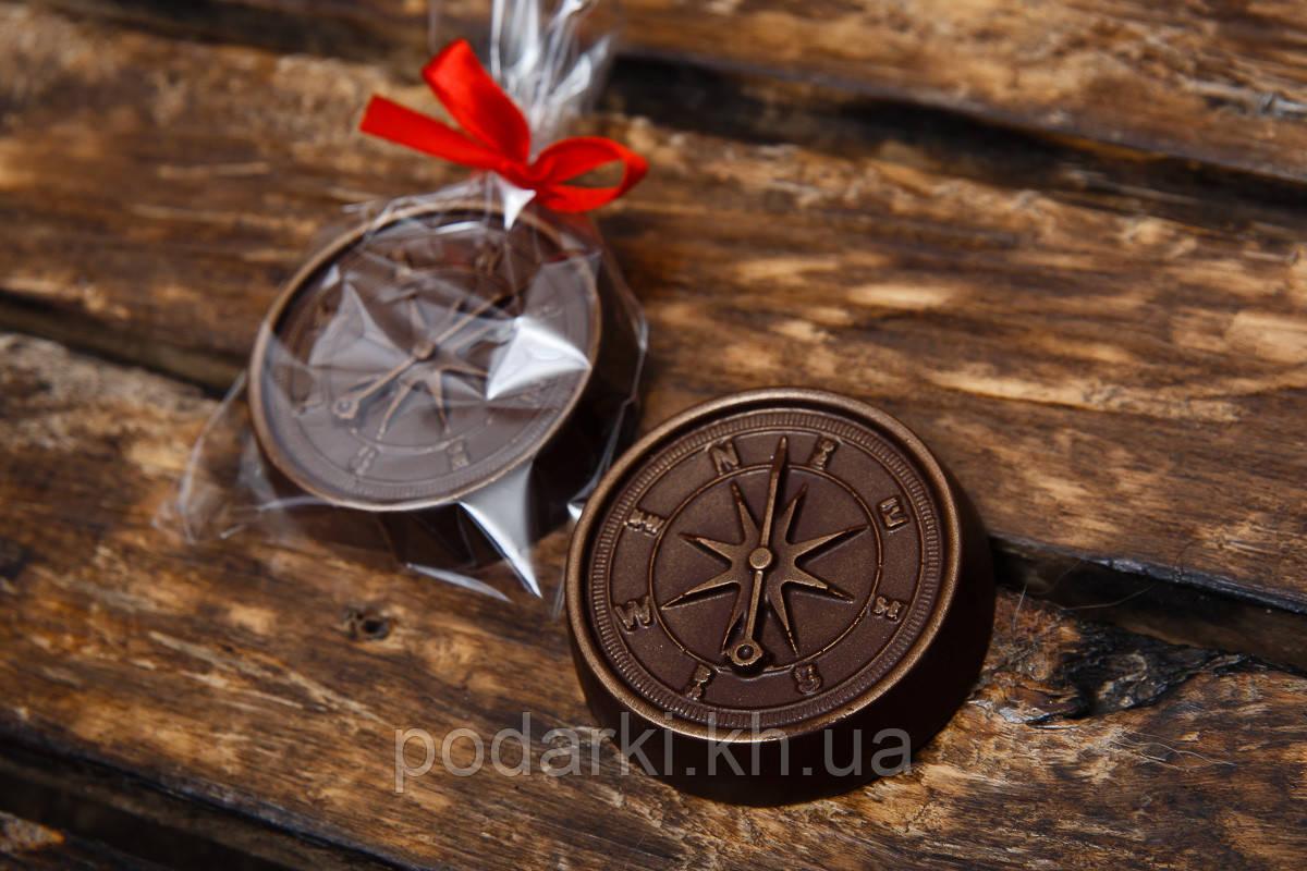 Шоколадная фигура Компас девушке-путешественнице.