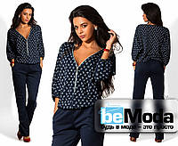 Элегантный женский комбинезон со светлой блузой и строгими брюками темно-синий