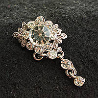[20/40 мм] Элегантная брошь светлый металл со стразами и крупным камнем в центре, выполненная в оригинальном цветочном дизайне
