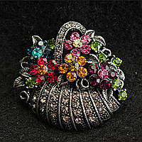 [35/40 мм] Брошь металл под капельное серебро Корзинка с цветами, усыпанная разноцветными камнями насыщенных цветов