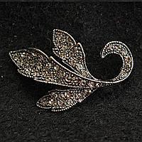 [30/40 мм] Брошь металл под капельное серебро Листик со стразами классический дизайн