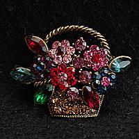 [28/33 мм] Брошь медногоцвета Корзина с цветами медного цвета, усыпанная разноцветными камнями насыщенных цветов