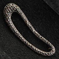 Брошь булавка планка изогнутая металл под капельное серебро украшенная стразами темных оттенков