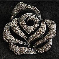 [50/55 мм] Брошь металл под капельное серебро бутон розы в стразах