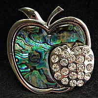 [42/42 мм] Брошь светлый металл два яблока, стразы и перламутр Галиотис
