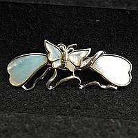 [23/62 мм] Брошь светлый металл с бабочкой  из белого камня перламутр