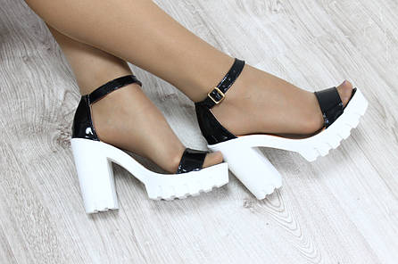 Кожаные босоножки на каблуке с ремешком