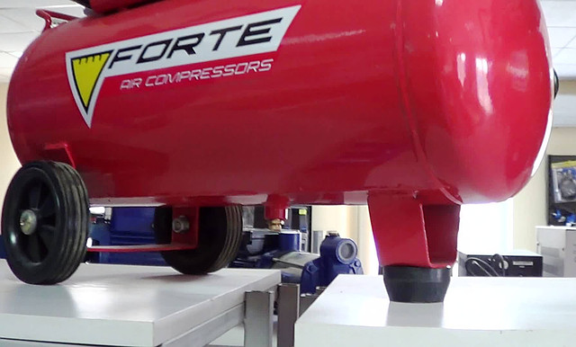 Поршневой компрессор Forte FL 25 ― колеса и опора