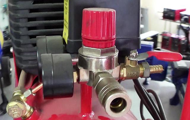 Поршневой компрессор Forte FL 25 коннектор (анфас)