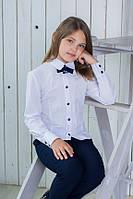 Нарядная белая школьная блуза с брошью.