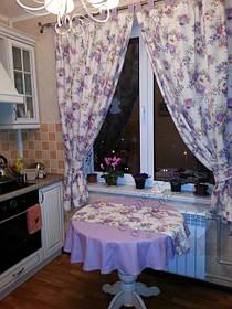 Шторы в стиле прованс на кухню. Портьеры на петлях, похваты и скатерть с ткани компаньона, прямоугольная салфетка дополнила комплект.