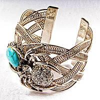 Браслет голубая бирюза с прожилками широкий скобка  металл паук держащий камень со стразами