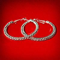 [45 мм] Серьги-кольца итальянский замок с белыми стразами среднего размера светлый металл