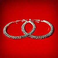 [45 мм] Серьги-кольца итальянский замок с разноцветными стразами среднего размера светлый металл