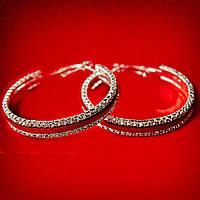 [50 мм] Серьги-кольца итальянский замок с белыми стразами среднего размера светлый металл с красными кожаными вставками