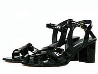 Черные лаковые женские босоножки на каблуке