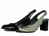 Лаковые женские серо-черные босоножки с открытым носком