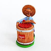 Глиняная статуэтка. Казак стоит возле бочки с красной икрой. Украинский сувенир