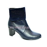 Женские синие кожаные зимние ботинки на каблуке, декорированы стразами.