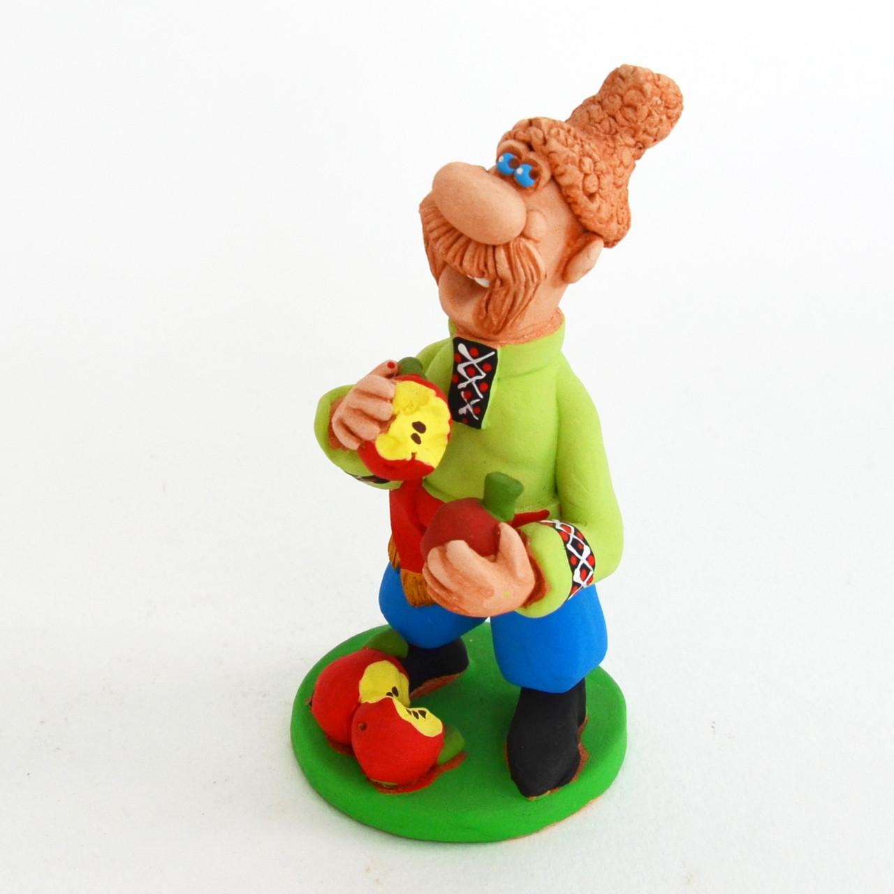 Глиняная статуэтка. Казак надкусывает яблоки. Украинский сувенир, фото 1