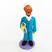 Керамическая статуэтка. Стоматолог с щипцами.