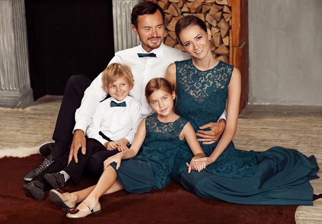 Невероятный стиль и тонкое чувство моды: мама и дочка в одинаковом наряде