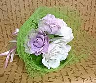 """Букет композиция цветы из конфет """"5 роз"""" цвет белый и сиреневым"""