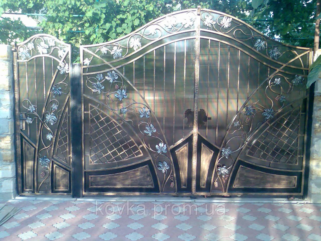 Кованые ворота с калиткой с поликарбонатом, код: 01028