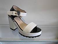 Босоножки женские лаковые на каблуке и платформе