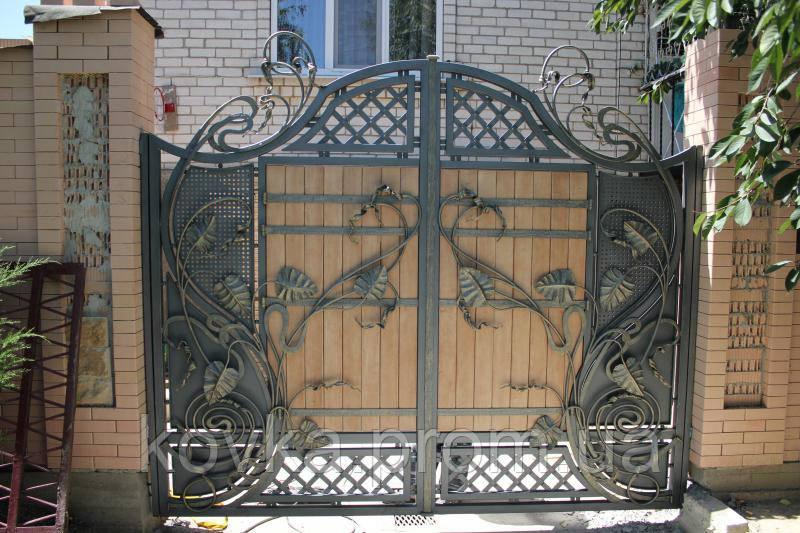 Кованые распашные ворота с элементами дерева