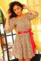 Романтичное женское платье приталенного фасона с контрастным поясом и оголенными плечами полированный коттон