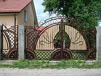 Кованые распашные ворота с калиткой, с элементами дерева, код: 01063